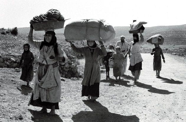 Des Palestiniens portent leurs affaires en fuyant leur village, cinq mois après la proclamation de la...