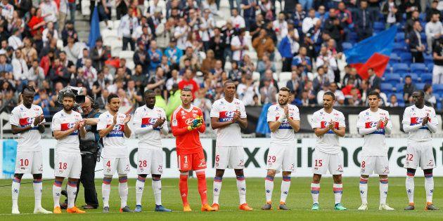 L'Olympique Lyonnais rendant hommage à Henri Michel avant son match face à Nantes le 28