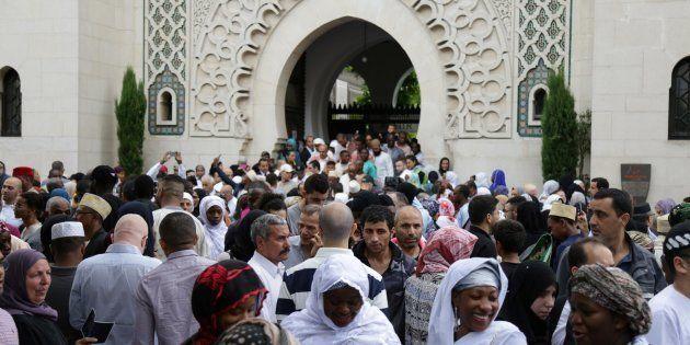 Ramadan France 2018: la date fixée à jeudi (photo d'illustration : des musulmans devant la Grande Mosquée...