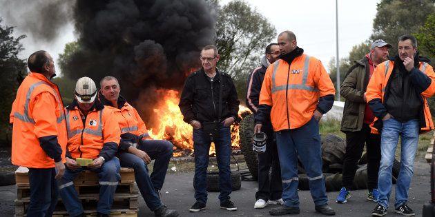 Des salariés et syndicalistes d'Ascoval brûlent des pneus devant le site de Saint-Saulve, le 24