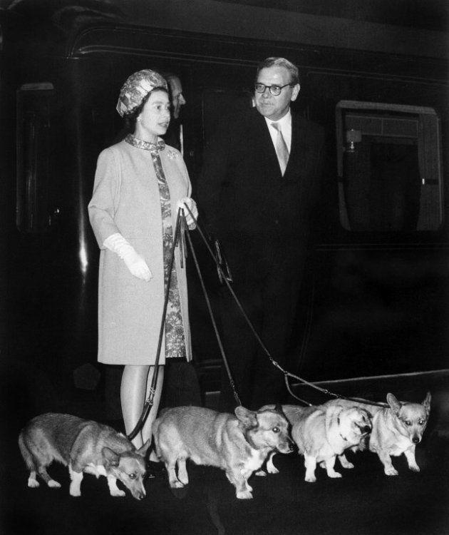 Elizabeth II arrives à King's Cross en 1969 avec ses quatre