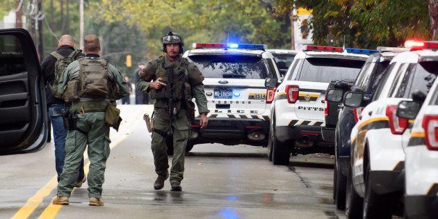 Les forces de l'ordre ont arrêté Robert Bowers après que ce dernier a tué onze personnes dans une synagogue...