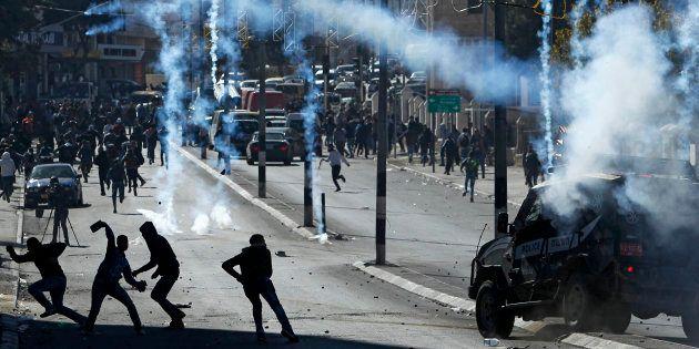 Des Palestiniens s'en prenant aux forces israéliennes à Bethléem le 9 décembre