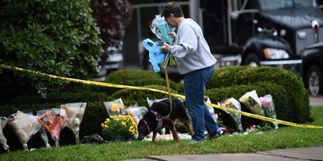 Une femme vient se recueillir devant la synagogue Tree of Life alors que les 11 victimes ont été