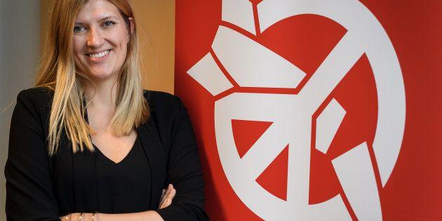 Beatrice Fihn, directrice de l'ICAN, devant le logo de la coalition contre l'arme