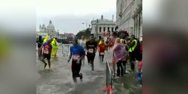 Les coureurs du marathon de Venise ont fini les pieds dans