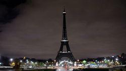 La tour Eiffel plongée dans le noir en hommage aux victimes de
