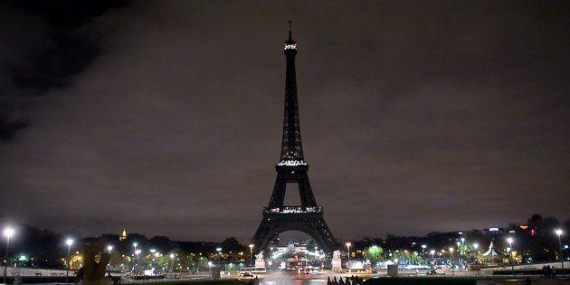 La tour Eiffel plongée dans le noir après les attentats du 13 novembre