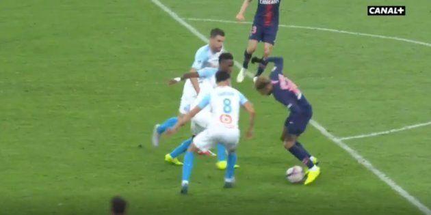 Même coincé par trois défenseurs, Neymar a réussi à s'en sortir grâce à un geste de