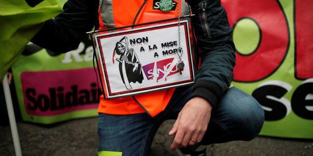 Après la hausse de la mobilisation à la SNCF, les syndicats donnent plus de temps aux cheminots pour...