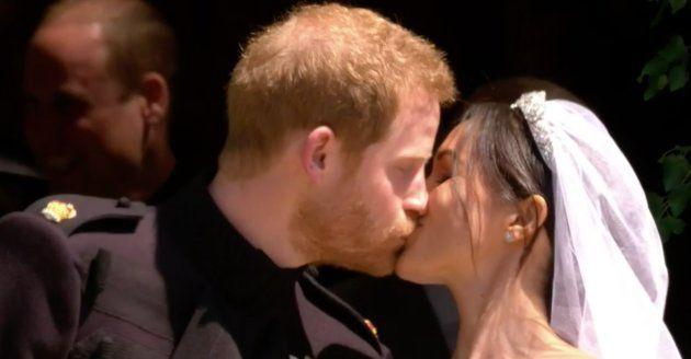 Le premier baiser du prince Harry et de Meghan Markle dès leur sortie de