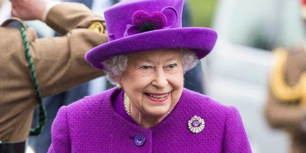Comme la reine d'Angleterre, beaucoup de femmes âgées, aiment s'habiller entièrement en violet.