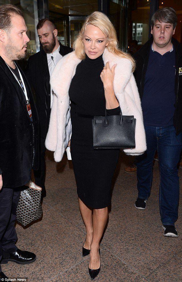 Pamela Anderson a déjà adopté la fausse fourrure rose.