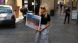 Pamela Anderson défile dans Nîmes pour dire