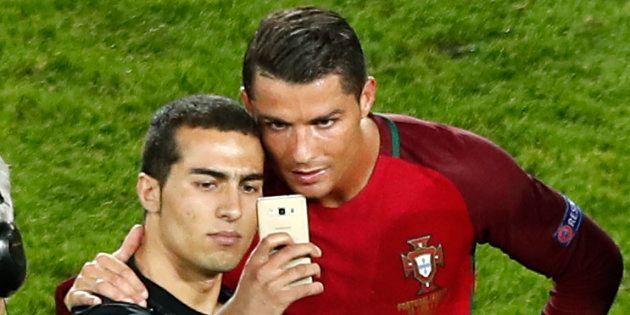 Cristiano Ronaldo le sait bien, il faut soigner ses fans, et le prouve souvent, notamment lors de l'Euro...