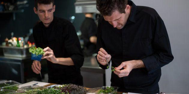 Alexandre Mazzia dans la cuisine de son restaurant