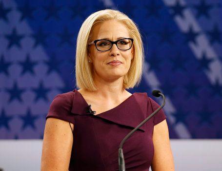 Kyrsten Sinema lors d'un débat télévisé face à Martha McSally, le 15