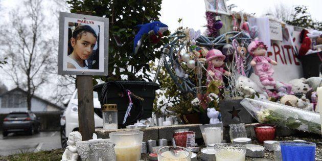 Des fleurs, bougies et messages pour Maëlys à l'endroit où elle a été vue pour la dernière fois au Pont-de-Beauvoisin...