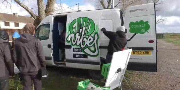 À Calais, un bus offre des heures de détente sur Internet aux migrants.