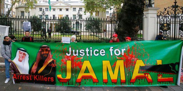 Des manifestants protestent devant l'ambassade d'Arabie saoudite à Londres contre le meurtre de Jamal...