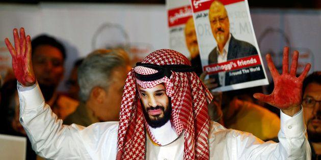 Un manifestant portant un masque figurant Mohammed Ben Salmane proteste devant le consulat d'Arabie saoudite...