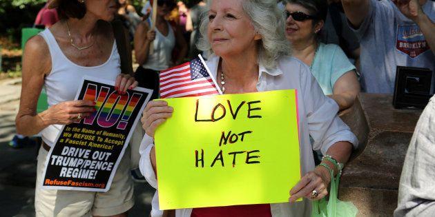 À Charlottesville, le suprémaciste blanc accusé de la mort d'une contre-manifestante, inculpé