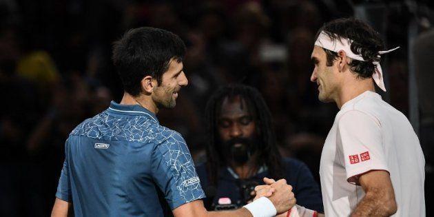 Novak Djokovic saluant Roger Federer après sa demi-finale victorieuse à Paris le 3 novembre