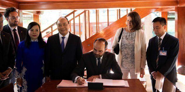 Édouard Philippe a rendu hommage à Ho Chi Minh dans la dédicace qu'il a inscrite dans le livre d'or du...