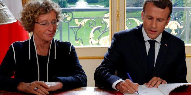 La ministre du Travail Muriel Pénicaud et Emmanuel Macron signant la loi travail à