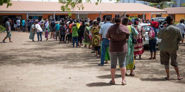 Une file d'attente de votants à Nouméa, le 4 novembre