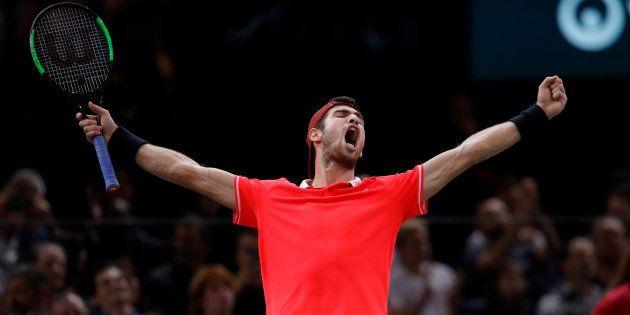 Karen Khachanov célébrant sa victoire face à Novak Djokovic à Paris le 4 novembre