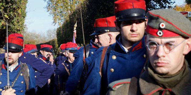 Une reconstitution mettant en scène des soldats français en uniforme de la guerre 1914-1918 pour la commémoration...