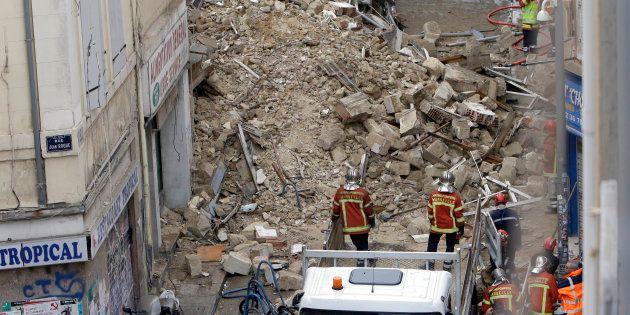 Les pompiers, ici photographiés le lundi 5 novembre jour de l'effondrement de deux immeubles à Marseille,...