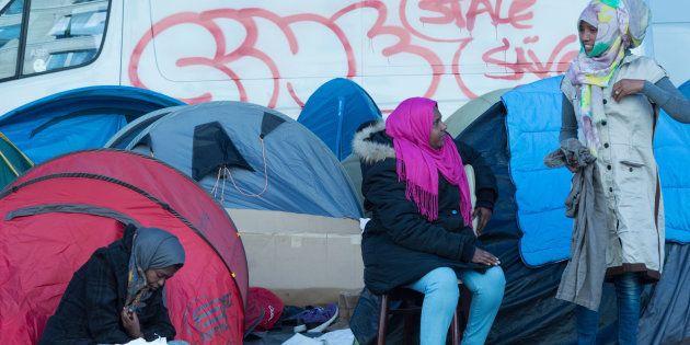 Des migrantes dans un camp de fortune à Stalingrad à Paris, avant son démantèlement le 31 octobre