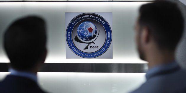 Deux hommes posant devant les locaux de la DGSE à Paris en
