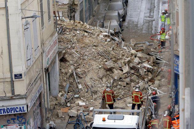 Les sauveteurs sur les lieux des effondrements, dans le quartier de Noailles, le 5