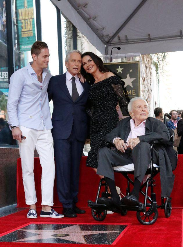 Michael Douglas, entouré de son fils Cameron, sa femme Catherine Zeta-Jones et soin père Kirk