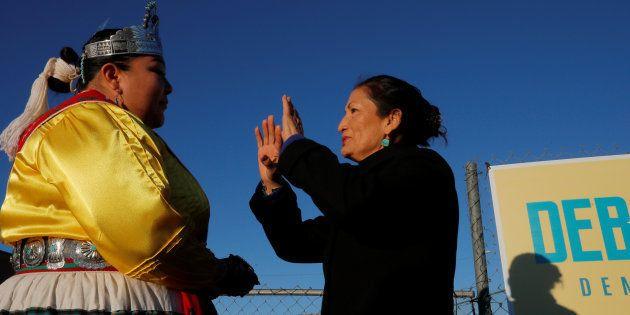 Jusque-là aucune femme issue des communautés autochtones n'avait été élue. Deb Haaland, 57 ans, a été...