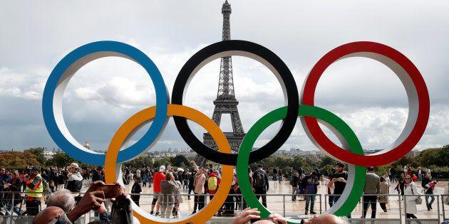 Les anneaux olympiques devant la Tour