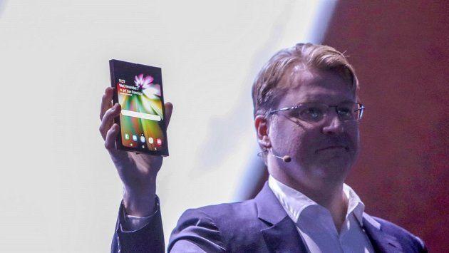 L'appareil a enfin été présenté. Il est doté d'un écran de la taille d'une tablette, qui se plie en deux...