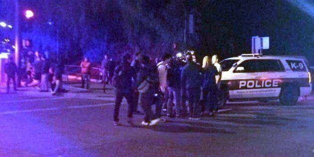 La police sécurisant le bar où s'est déroulée une fusillade à Thousand Oaks en Californie le 7 novembre