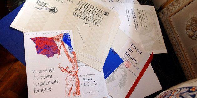 Des documents officiels de naturalisation. Avant de pouvoir y prétendre, Mamoudou Gassama devra d'abord...
