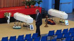 Fleurs blanches et couleurs du Barca pour les obsèques des victimes de la collision de