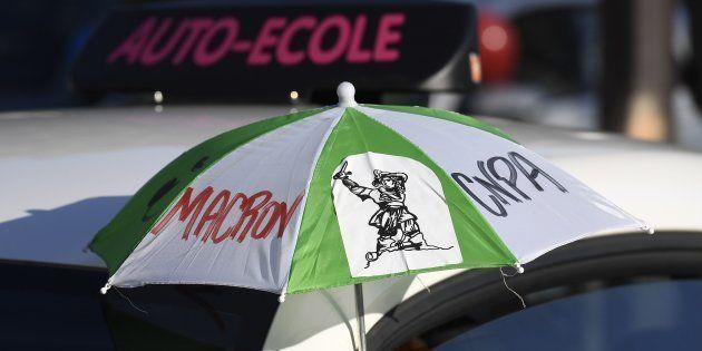 Une manifestation d'auto-écoles visant notamment le candidat Emmanuel Macron, en avril 2017 à