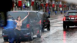 Des Femen forcent la sécurité au passage de la voiture de Trump sur les
