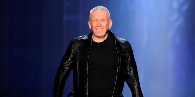 Jean Paul Gaultier à la fin de son défilé haute-couture Automne/Hiver en juillet