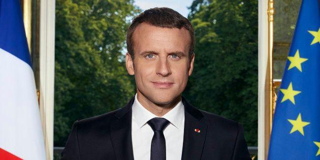Emmanuel Macron posant pour son portrait