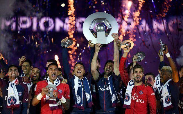 L'équipe du PSG soulève le trophée en mai 2018 après avoir remporté la Ligue