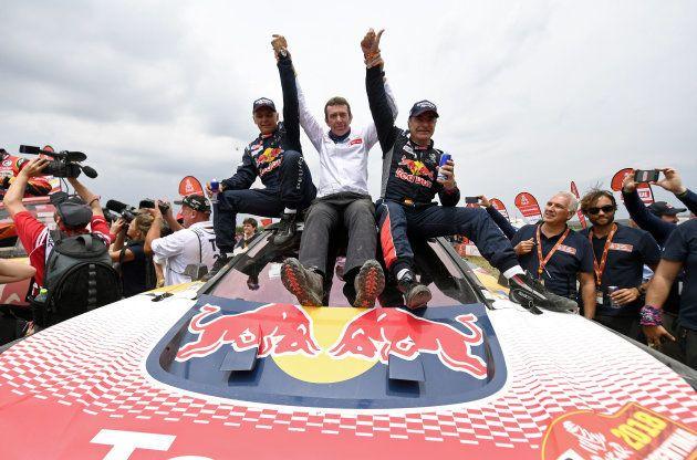 Bruno Famin, Carlos Sainz et Lucas Cruz se congratulent à l'arrivée du Dakar