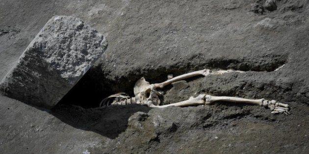 À Pompéi, des chercheurs ont trouvé un homme écrasé par un rocher dans sa fuite loin du volcan en